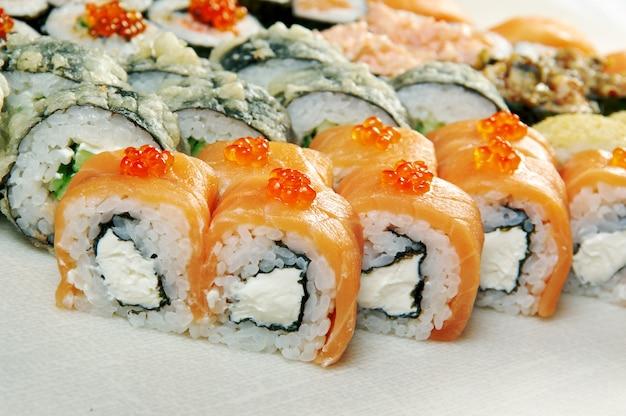 Ensemble de nourriture de différentes cuisines japonaises