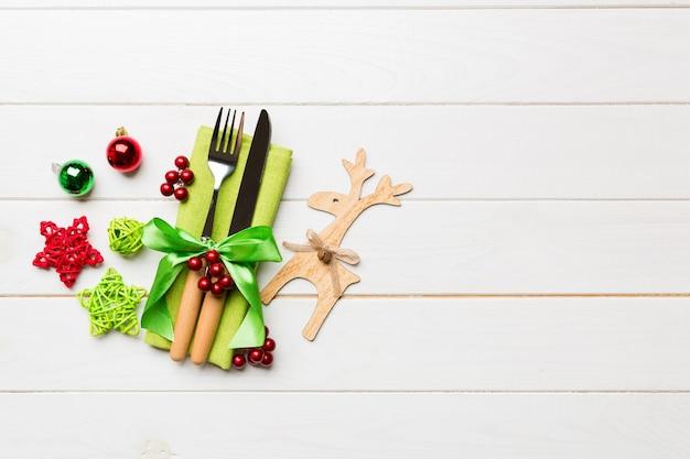 Ensemble de nouvel an de fourchette et couteau sur serviette