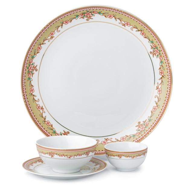Ensemble de nouvelle vaisselle en céramique avec ornement isolé sur blanc
