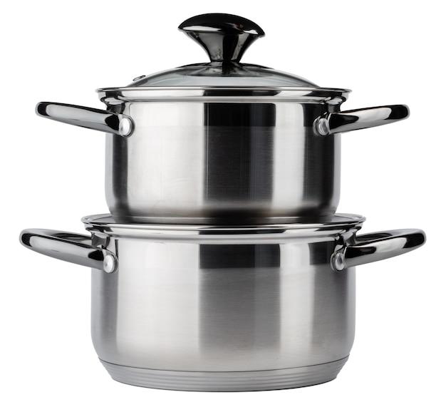 Ensemble de nouvelles casseroles en métal isolé sur fond blanc