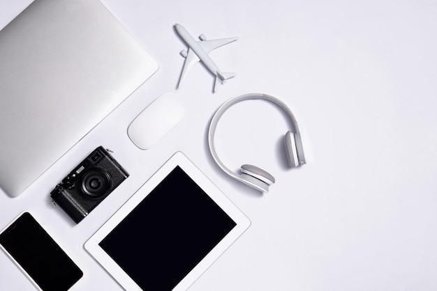 Ensemble d'objets blancs différents pour voyager sur fond blanc. vue de dessus.