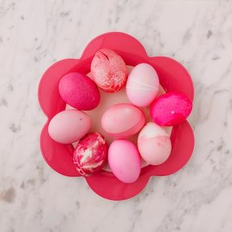 Ensemble d'oeufs de pâques roses sur plaque