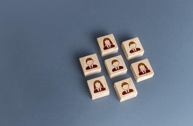 Un ensemble ordonné de personnes sur des blocs se combinant pour atteindre un objectif unité travail d'équipe coopération