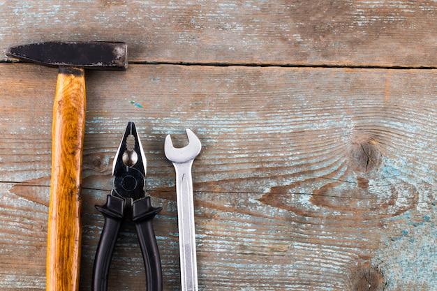 Ensemble d'outils sur un bois avec espace pour le texte