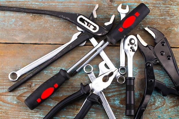 Ensemble d'outils sur un bois