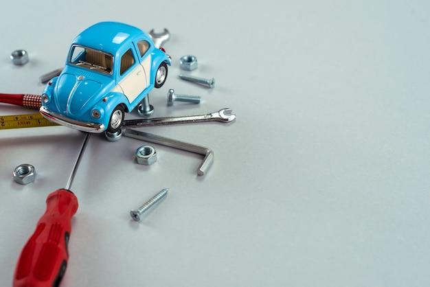 Ensemble d'outils clés avec voiture jouet bleue.