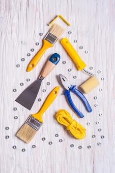 Ensemble d'outils de constructeur sur table en bois, arbre de noël