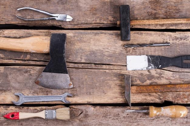 Ensemble d'outils de construction sur fond de bois ancien