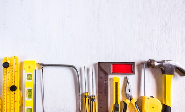 Ensemble d'outils de construction jaune sur fond blanc