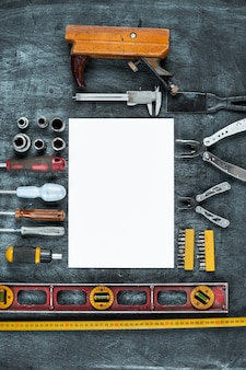 L'ensemble des outils de construction sur table en bois
