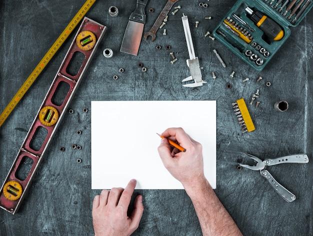 Ensemble d'outils de construction sur table en bois