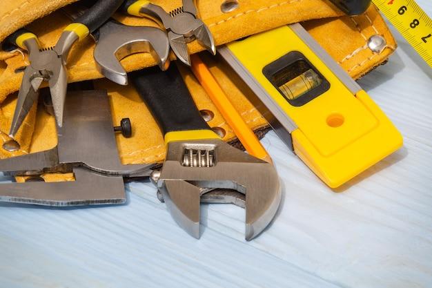 Ensemble d'outils dans un sac en daim sur des planches bleues