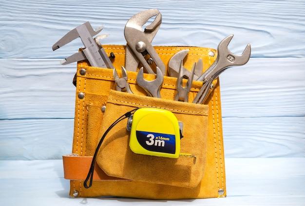Ensemble d'outils dans un sac en daim pour les maîtres plombiers