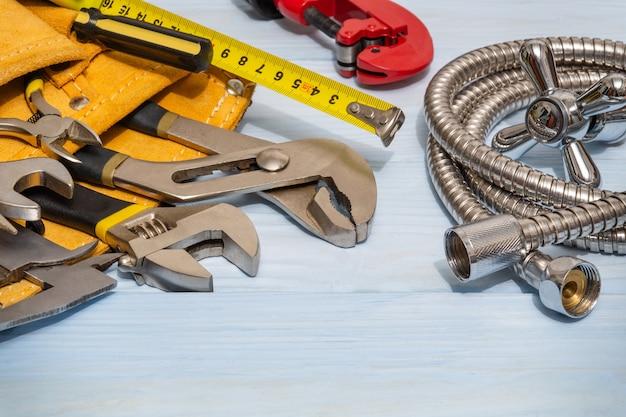 Ensemble d'outils dans un sac en daim et un tuyau