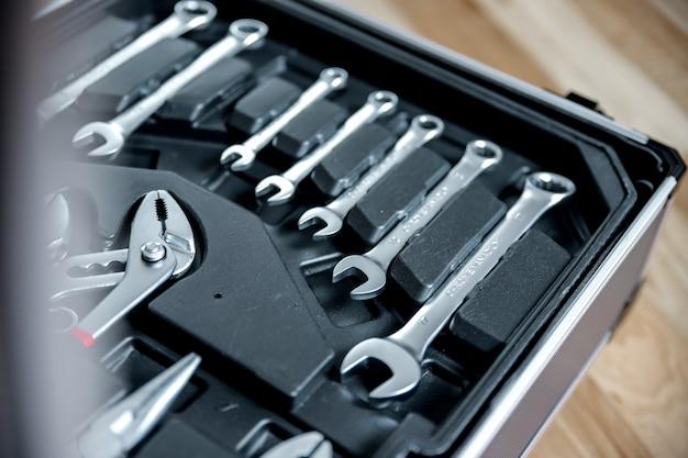 Ensemble d'outils dans une valise ouverte