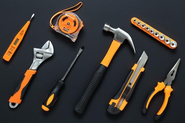 Ensemble d'outils sur fond noir