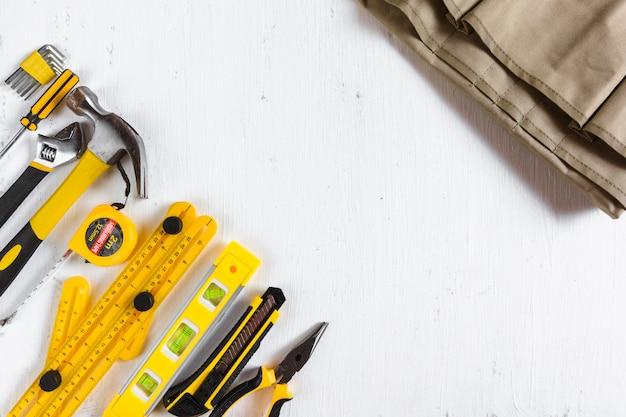 Ensemble d'outils de menuiserie jaune avec sac à outils en tissu tissu sur fond blanc