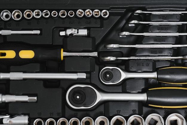 Ensemble d'outils de menuiserie et de serrurier de travail assortis sur un fond en bois foncé avec espace de copie.