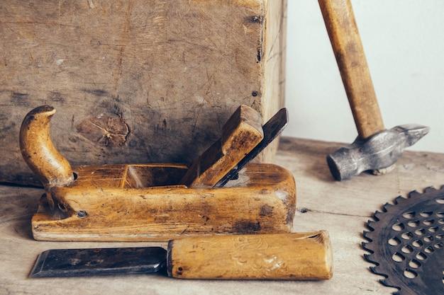 Ensemble d'outils de menuisier à l'atelier de menuiserie.