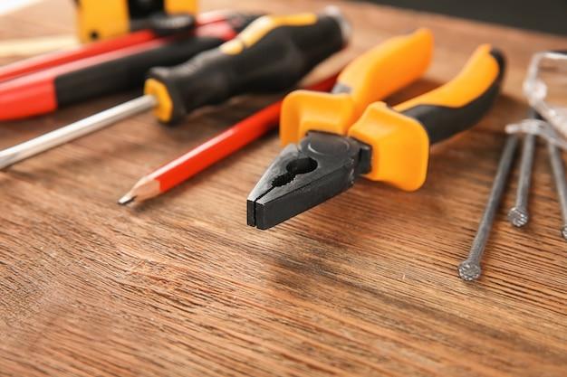 Ensemble d'outils de menuisier sur bois