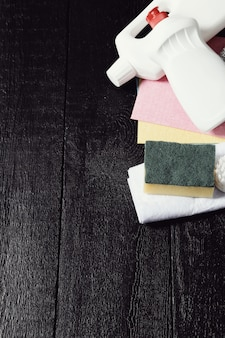 Ensemble d'outils de nettoyage sur le plancher en bois