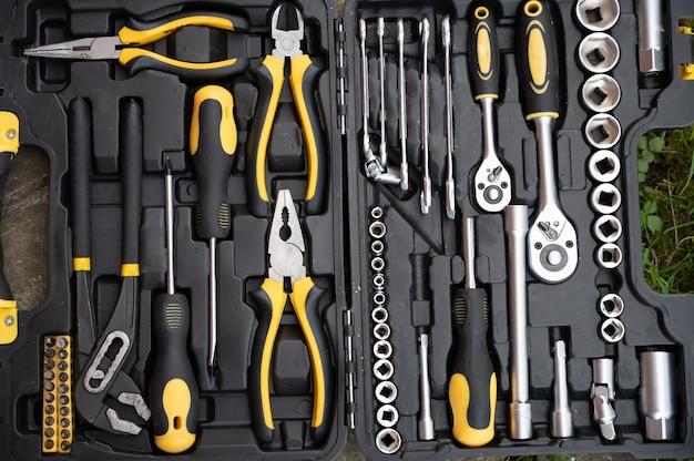 Un ensemble d'outils noirs et jaunes, vue de dessus