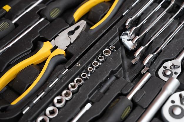 Un ensemble d'outils noirs et jaunes.
