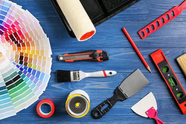 Ensemble d'outils de peintre sur une surface en bois