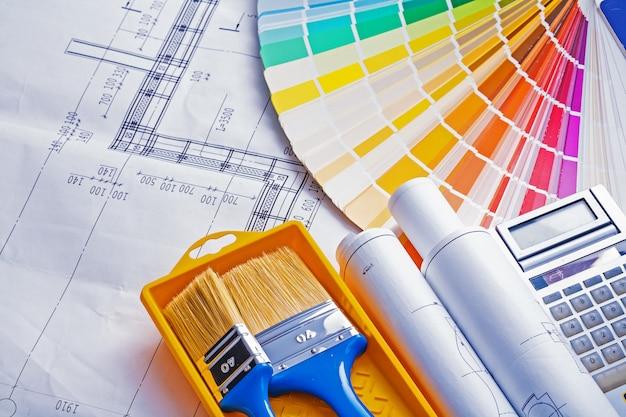 Ensemble d'outils de peinture pinceaux dans le catalogue de plans de rouleaux de plateau