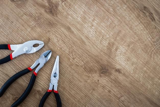 Ensemble d'outils de pinces sur planche de bois