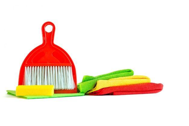 Un ensemble d'outils pour nettoyer le plumeau, les serviettes en microfibre, la cuillère et la panicule. isolé.