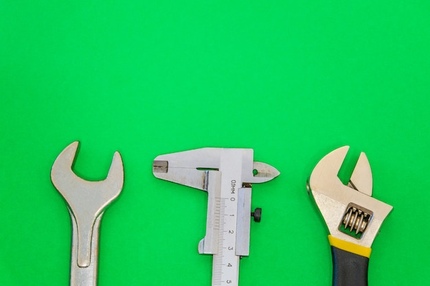 Ensemble d'outils pour la plomberie isolé sur un espace vert avec un espace pour la publicité