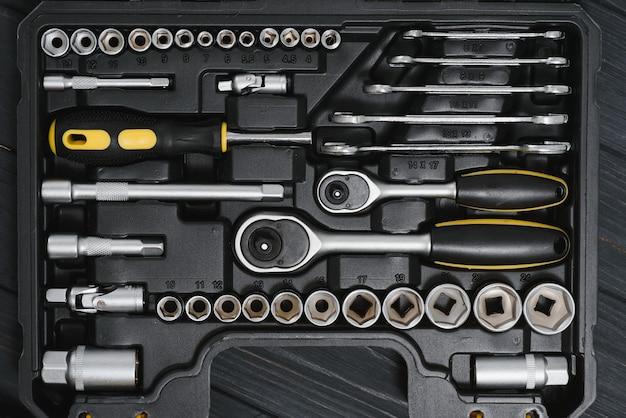 Ensemble d'outils pour la réparation automobile en boîte, gros plan