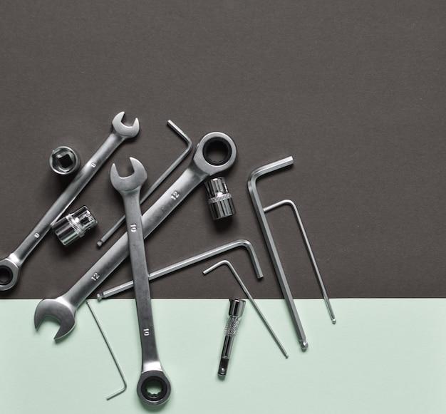 Un ensemble d'outils pour réparer la machine: clé, tournevis, hexagones.
