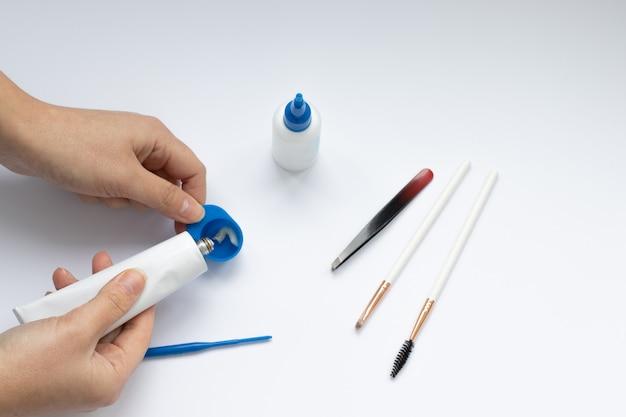 Ensemble d'outils pour la teinture et la correction des sourcils, maîtrise des mains
