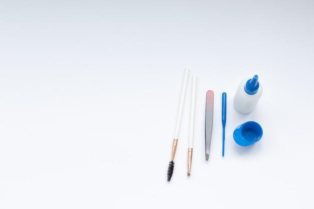 Ensemble d'outils pour la teinture et la correction des sourcils