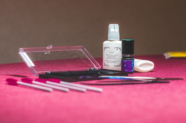 L'ensemble des outils pour les yeux. l'équipement cosmétique se compose de brosses à cils, de mascara, de bigoudi et de faux cils.