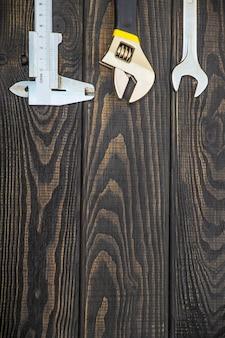 Ensemble d'outils professionnel nécessaire pour les plombiers sur des tableaux noirs en bois