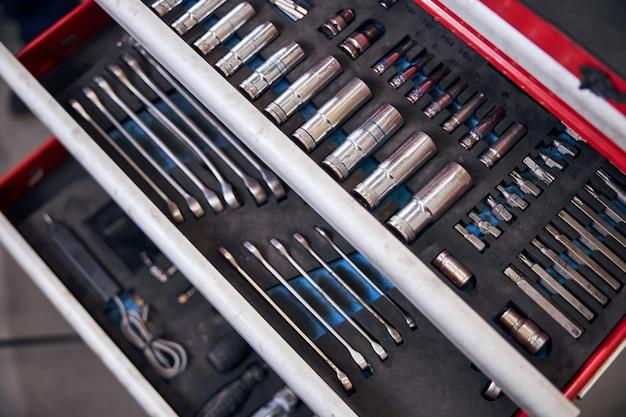 Ensemble d'outils professionnels de réparation de voiture dans le garage