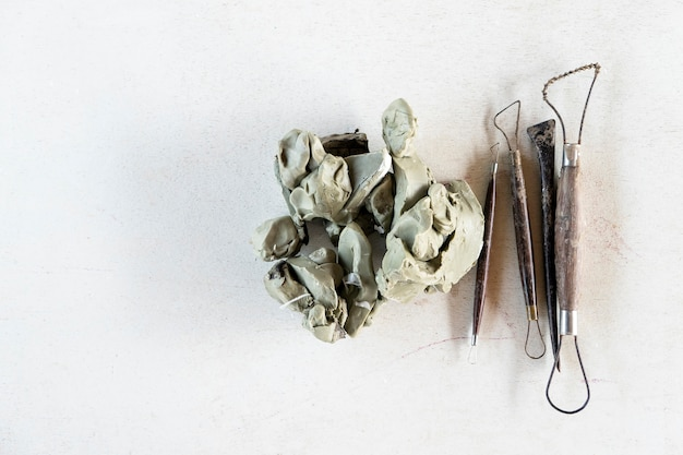 Ensemble d'outils de sculpture. outils d'art et d'artisanat sur fond blanc.