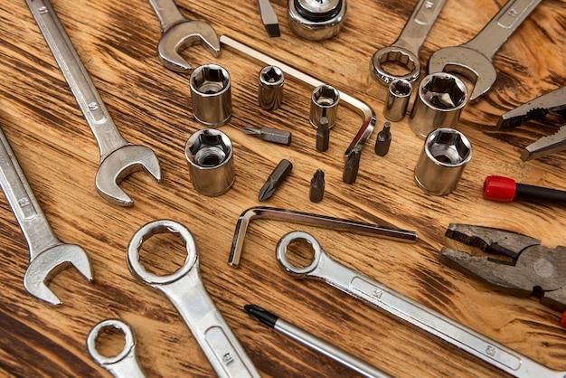 Ensemble d'outils de travail différents sur fond en bois. construction et travail du bois