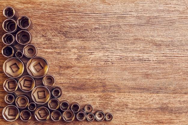 Ensemble d'outils de travail différents sur table en bois