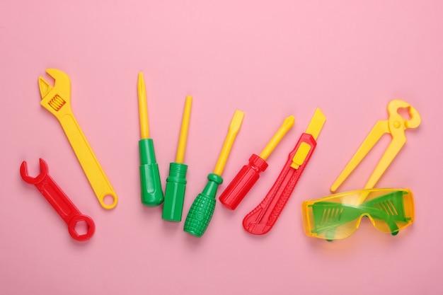 Ensemble d'outils de travail jouets pour enfants sur pastel rose
