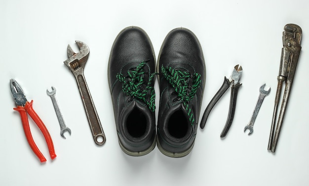 Ensemble d'outils de travail professionnels sur fond blanc. vue de dessus