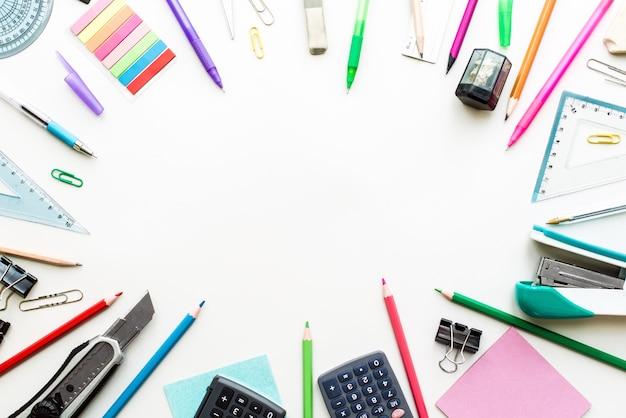 Ensemble de papeterie sur table blanche, vue de dessus. concept scolaire
