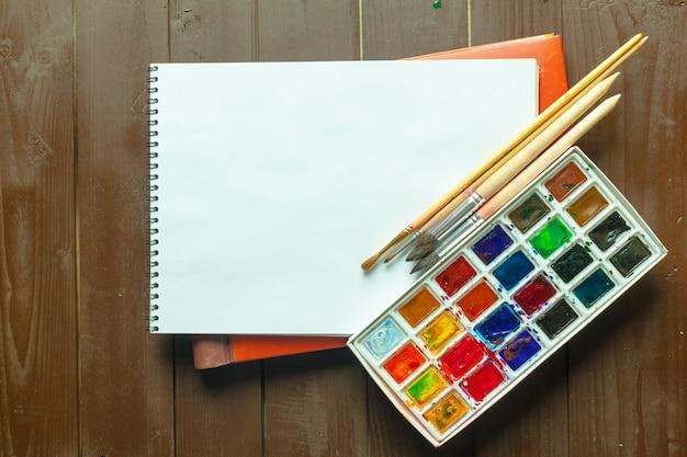 Ensemble de peintures à l'aquarelle et pinceaux pour la peinture