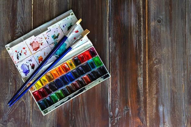 Ensemble de peintures à l'aquarelle et pinceaux