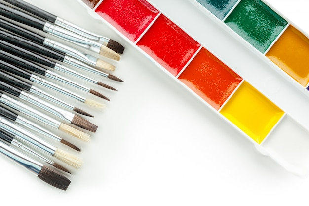 Ensemble de peintures et pinceaux d'aquarelle