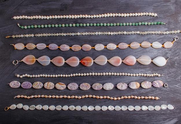 Ensemble de perles de pierre semi-précieuses sur fond noir