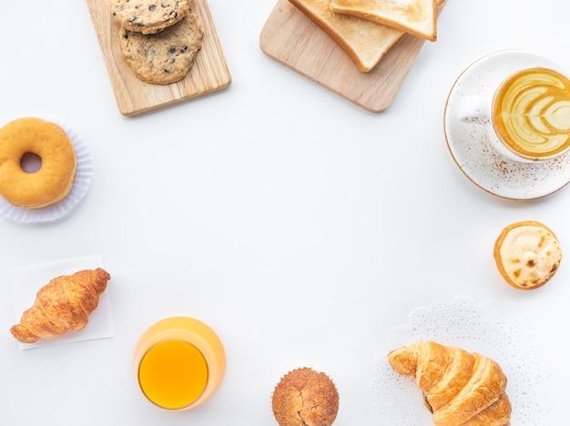 Ensemble de petit-déjeuner ou boulangerie, gâteau sur fond de cuisine table